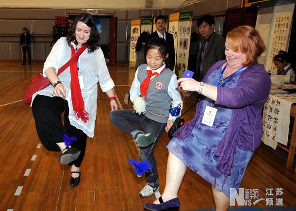 10月30日,小学生带着外国教师踢毽子.-南京 汉推 论坛 外国教师体