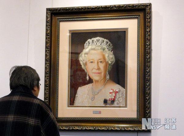 者在苏州美术馆欣赏陈丽华的刺绣作品《伊丽莎白女皇》.-苏州举办
