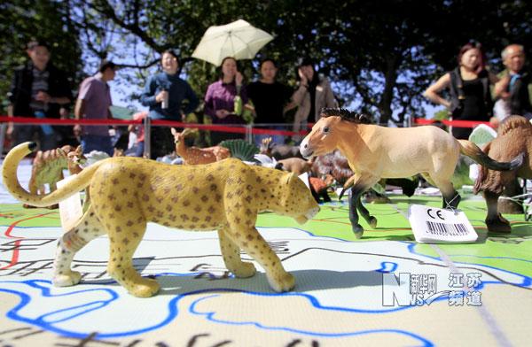 南京动物园里的动物模型展_江苏国际在线