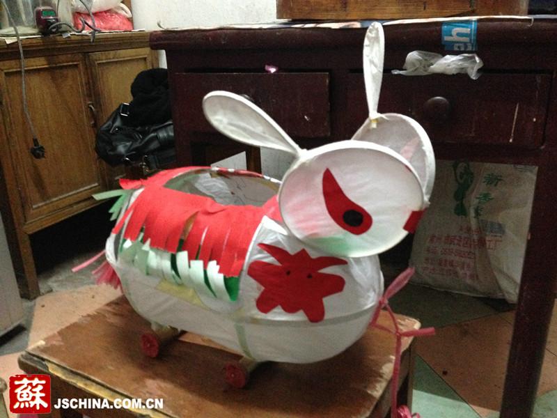 九旬老人数十年制作 兔子花灯