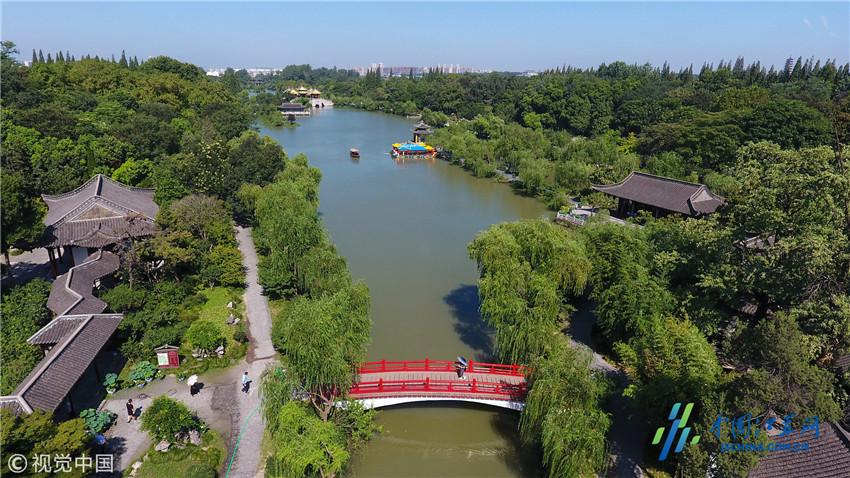 2018年7月18日,扬州瘦西湖风景区碧空如洗,湖面上游船如织(无人机